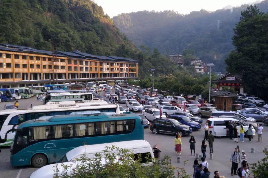 通知:龙脊梯田景区的游客今日已达最大承载量。